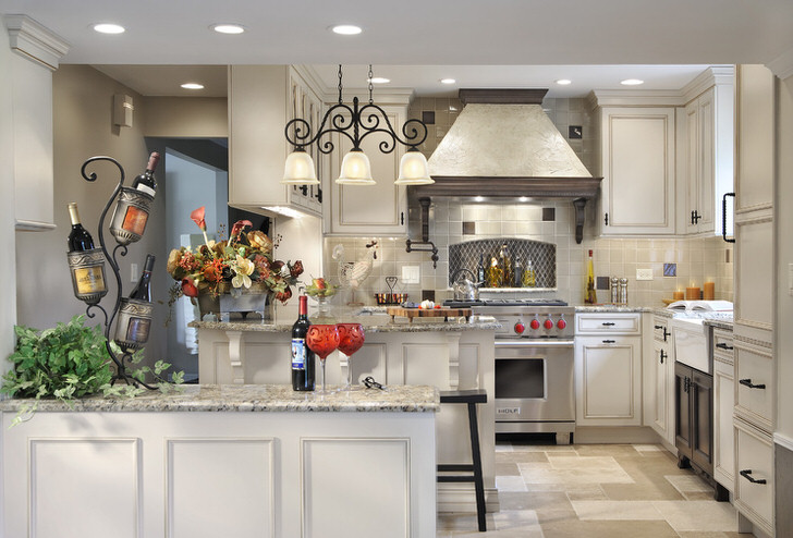 Кухня в деревенском стиле оформлена в белых тонах, которые компенсируют недостаточность дневного солнечного цвета.