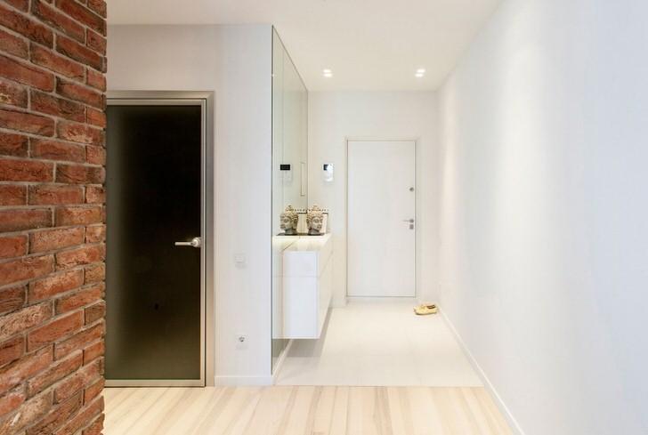 Белый лофт изысканно смотрится к коридоре обычной городской квартиры. Минимум мебели в сочетании с правильным освещением делает пространство визуально более просторным.