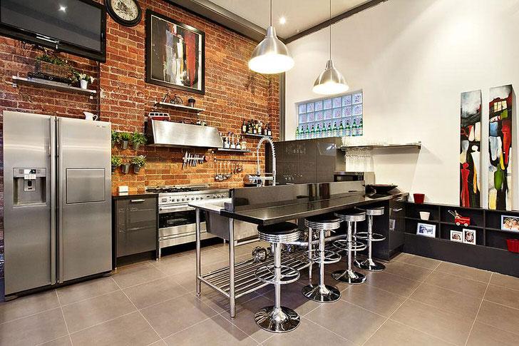 Для оформления кухни в лофт стиле использовалась мебель из металла и кирпич для отделки стен. Блеск стали привлекает и удерживает взгляды.