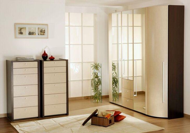 Большая модульная стенка и обувная полка с множеством отделений - выгодное дизайнерское решение для просторного коридора.