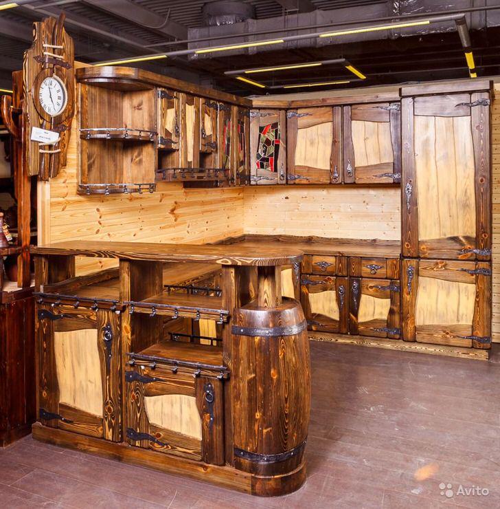 Креативный дизайн гарнитура в стиле шале подходит для организации кухни в охотничьем домике.