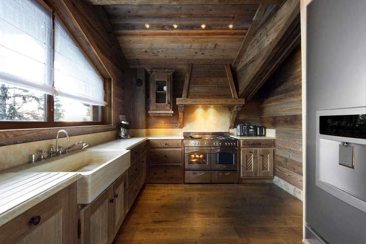 Сдержанный дизайн кухни в альпийском стиле оформлен в едином цвете.