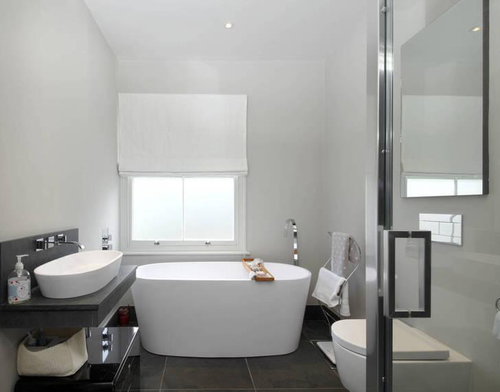 Окно в белой деревянной раме завешено плотными жалюзи. Стиль модерн универсален. Кроме изысканного внешнего вида, интерьер также должен быть уютным, комфортным для человека.