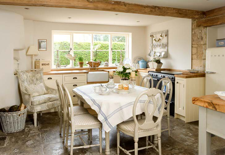 В соответствии с деревенским стилем для декора кухни используется мебель с мягкой обивкой.