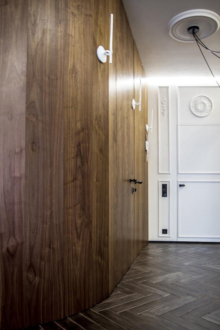 Для оформления прихожей в лофт стиле отлично подходит деревянный паркет темного цвета.