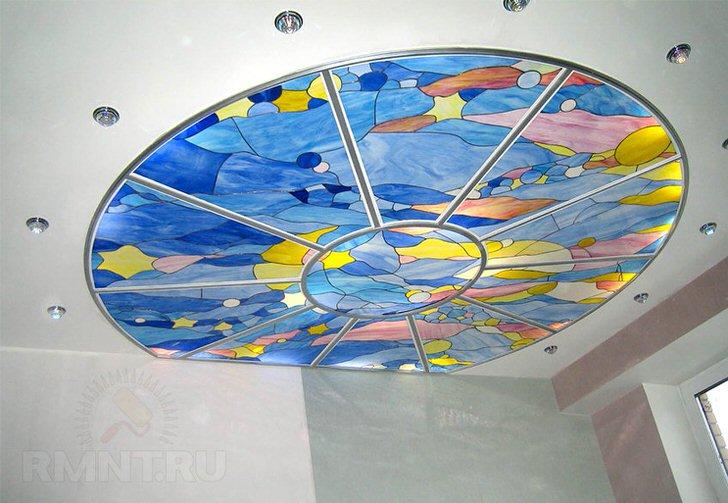 Подвесной потолок с правильно подобранным освещением украшен витражной пленкой голубого цвета.
