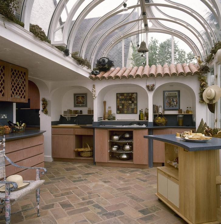 Кухня в средиземноморском стиле под стеклянной крышей в доме на юге Италии.