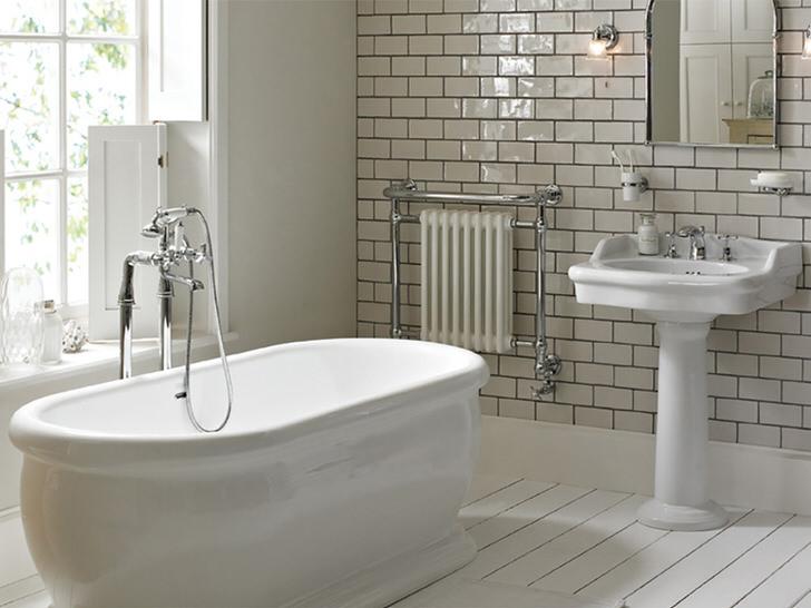 Большое окно является яркой особенностью стиля модерн в ванной. Романтическая атмосфера спокойствия и расслабления поможет в борьбе с усталостью после рабочего дня.