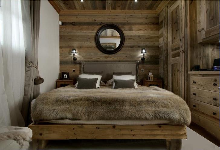 Просторные гостиные в стиле шале могут быть разделены на зону отдыха и спальню. Кровать в гостиной в загородном доме - достаточно удобно и необычно.