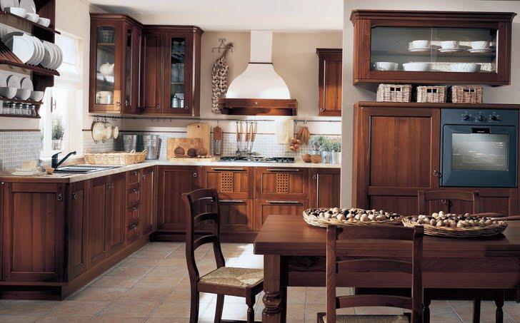 Кухня в стиле кантри манит своим деревенским шиком. Множество навесных шкафов со стеклянными дверцами позволяют сэкономить полезное кухонное пространство.