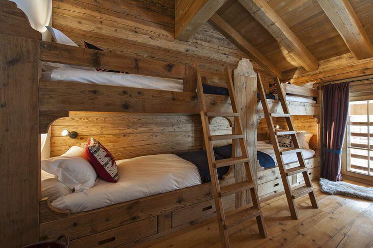 Функциональное решение для гостиной в стиле шале - двухъярусные кровати из дерева.