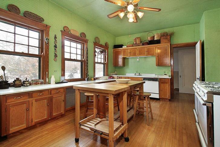 Кухня в стиле шале оформлена в нежно-оливковом цвете. Интересное цветовое решение для деревенского стиля.
