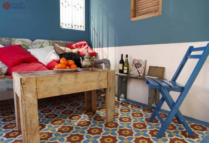 Креативным решением для холла в средиземноморском стиле становится журнальный столик из грубого, необработанного дерева.