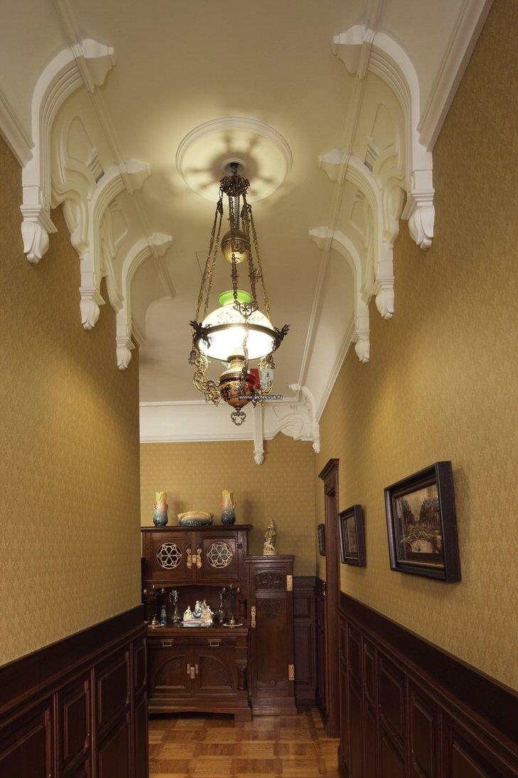 Коридор в стиле модерн декорирован громоздкой лепниной из гипса.