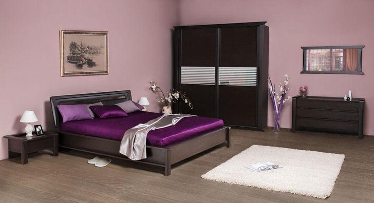 Одним из важнейших элементов интерьера спальни является кровать, поэтому ее оформление, постельное белье, подушки и пледы играют огромную роль в целостной картине.