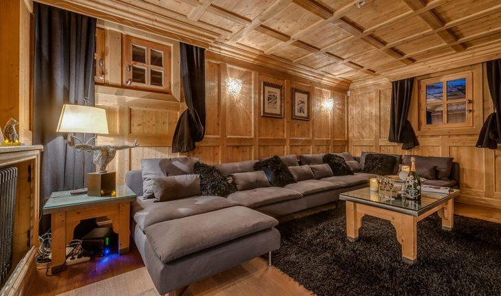 Огромный диван раскладывается в полноценную двуспальную кровать. Стиль шале примечателен своим уютом и комфортом.