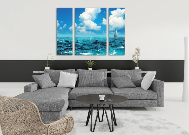Модульные картины с изображением моря делают обстановку в гостиной по-летнему легкой и волнующей.