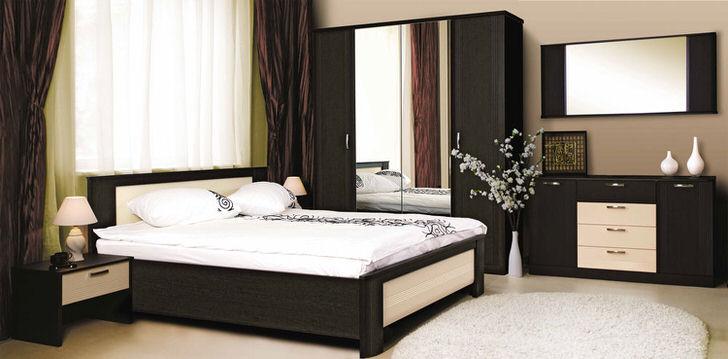 Кровать венге изысканно смотрится с белоснежным постельным бельем.