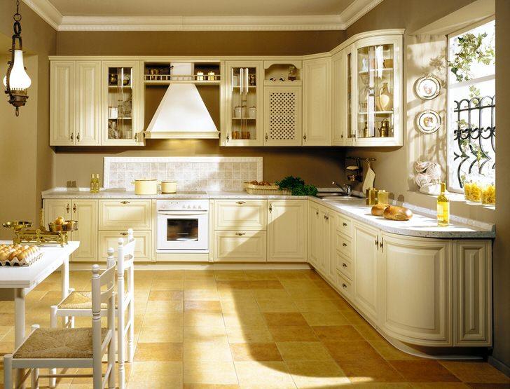 Кухонный гарнитур L-образной формы в комплекте со встроенной техникой позволяет сэкономить полезное пространство в комнате.