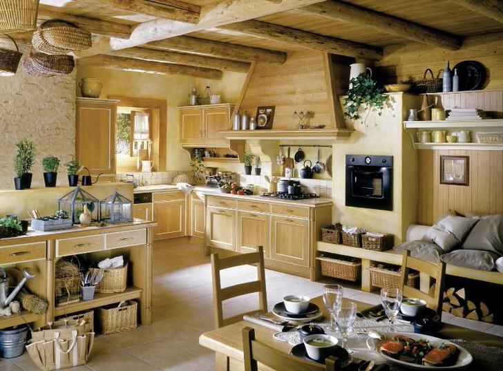 Кухня в французском стиле из массива светлого дерева украшена цветами, которые равномерно расставлены по комнате.