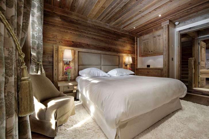 Мягкая высокая кровать с мягким изголовьем - идеальный выбор для гостиной в стиле шале.