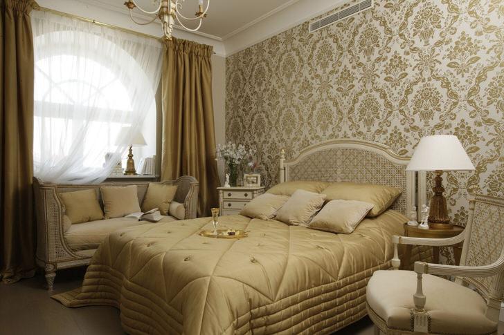 Небольшая семейная спальня в французском стиле с большим арочным окном смотрится стильно и эффектно.