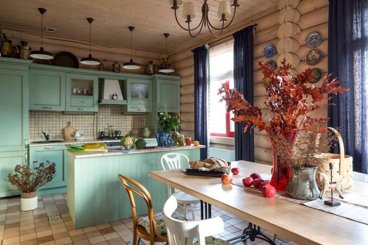 Кухня в русском стиле разделена на обеденную зону и рабочую. Для оформления кухонного пространства удачно подобраны цвета. Нежно-голубой оттенок выгодно смотрится в сочетании с деревянным срубом.