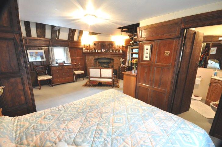 Спальня в английском стиле с правильно подобранным освещением.