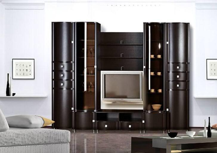Цвет венге делает мебельный гарнитур для гостиной центром дизайнерской концепции.