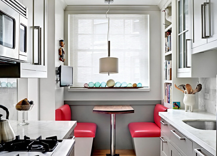 Кухня-рукав, площадь которой равняется 9 квадратным метрам, выполнена в скандинавском стиле. Обеденное место у окна функционально вписывается в общую картину интерьера.