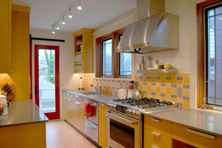 Длинная кухня на втором этаже загородного дома.