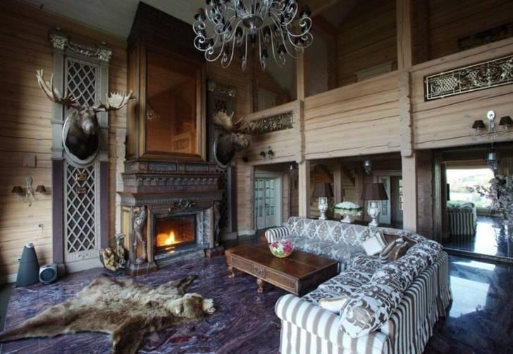 Шкура медведя у камина стала наиболее эффектным декоративным элементом в гостиной в стиле шале.