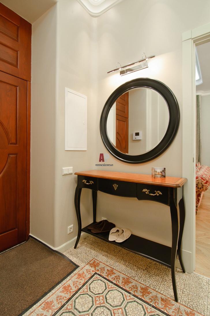 Прихожие в стиле модерн часто декорируются круглыми зеркалами в широкой раме.