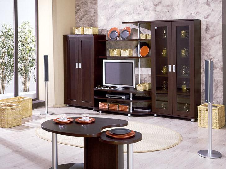 Мебель венге в сочетании с правильно подобранными декоративными деталями. Плетеные корзины и овальный ковер делают пространство уютными и теплым.