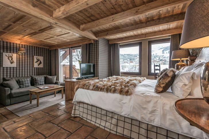 Гостиная в стиле шале удачно разделена на зону отдыха и небольшую спальню.