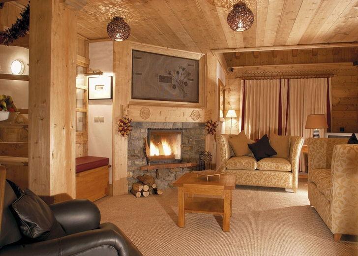 Пример грамотно подобранного освещения для гостиной в стиле шале.
