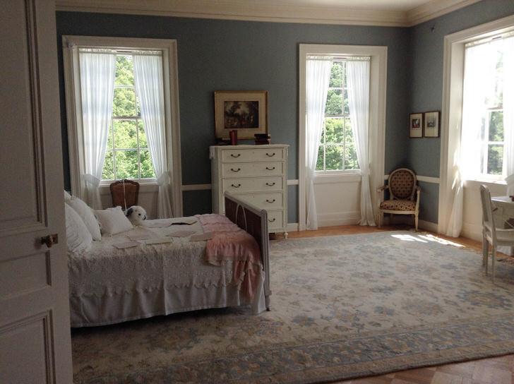 Спальня в стиле модерн с правильно организованными оконными проемами. Легкие, воздушные занавески пропускаю солнечный цвет в комнату.
