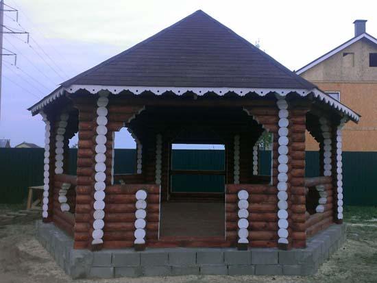 Сооружение из сруба дерева - классический вариант для оформления двора загородного особняка.