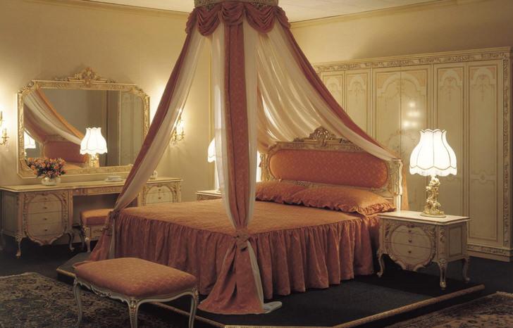 Балдахин над кроватью считается самым необыкновенным элементом декора спальни.