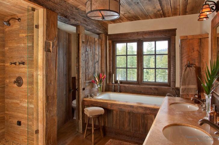 Деревянная отделка ванной в стиле шале делает атмосферу уютной и расслабляющей.