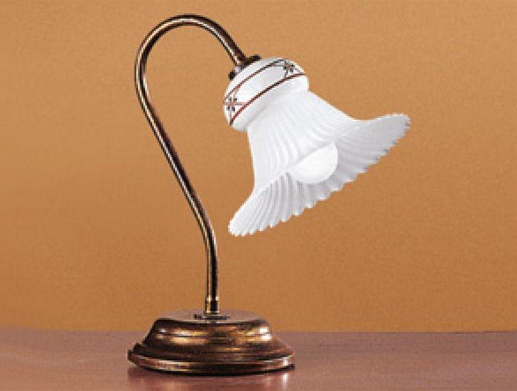 Плафон настольного светильника в стиле кантри имитирует цветочный бутон. Полупрозрачное стекло приглушает свет, делая обстановку романтической и уютной.