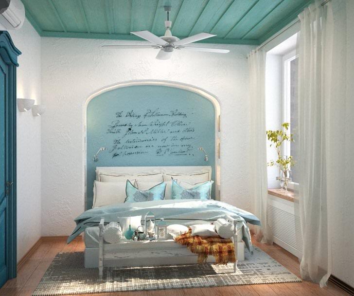 Изящное сочетание нейтрального белого цвета с нежно-голубым делает обстановку в спальне в средиземноморском стиле легкой и расслабляющей.