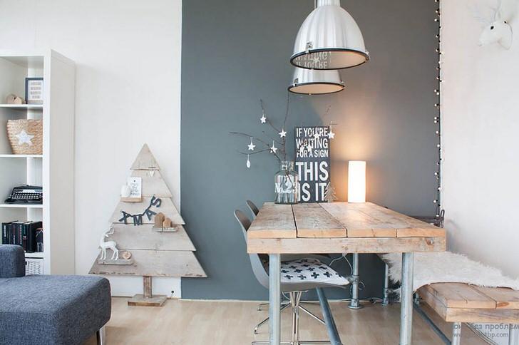 В интерьере гостиной использована мебель из грубого, необработанного дерева. Интересной решение для скандинавского стиля.