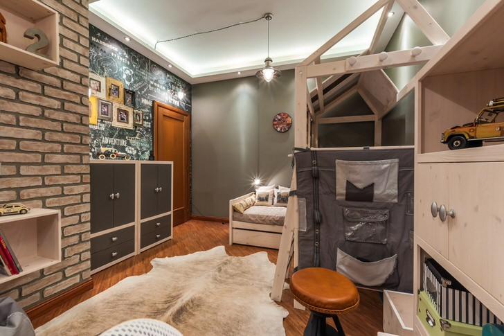 Конструкция из дерева - просторное спальное место. О присутствии стиля лофт в детской говорит стена из кирпича и правильное освещение.