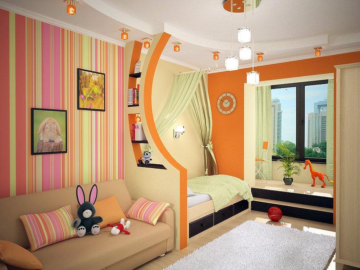 Детская для двух девочек разделена на две зоны при помощи декоративной стенки из гипсокатона.