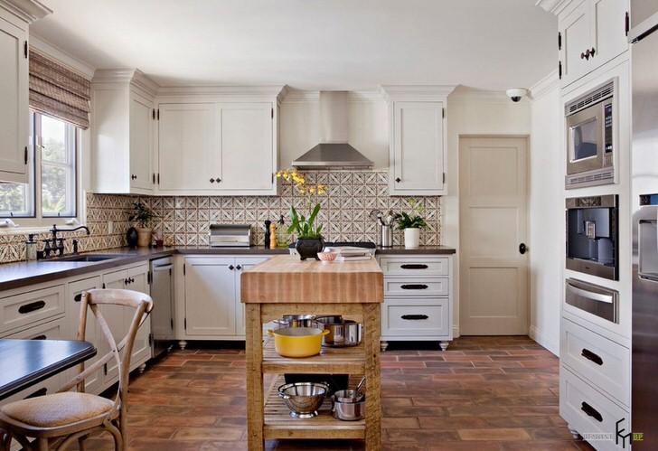 Белый кухонный гарнитур в средиземноморском стиле гармонирует с керамической плиткой с причудливым орнаментом.