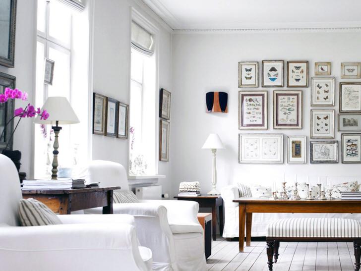 Стильный интерьер гостиной в скандинавском стиле выполнен в белых тонах. Мягкая белоснежная мебель делает атмосферу легкой, уютной и, даже, сказочной.