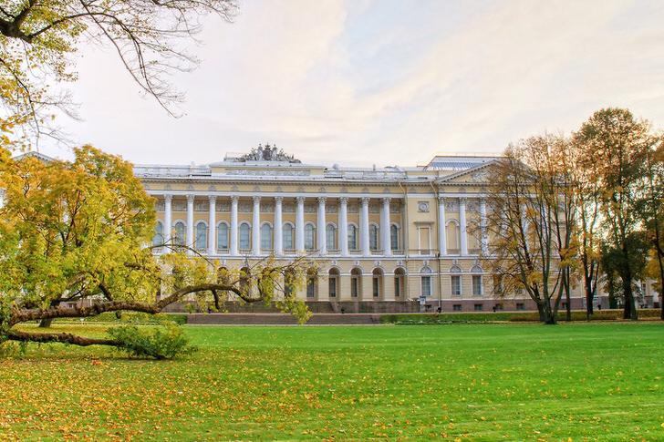 Роскошный Михайловский дворец в стиле ампир в Санкт-Петербурге.