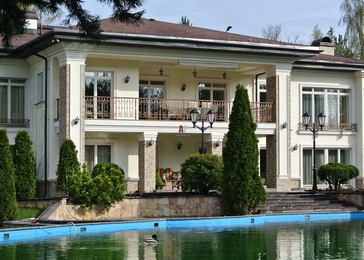 Двор дома в средиземноморском стиле украшен искусственным прудом. Идеальное оформление загородных участков.