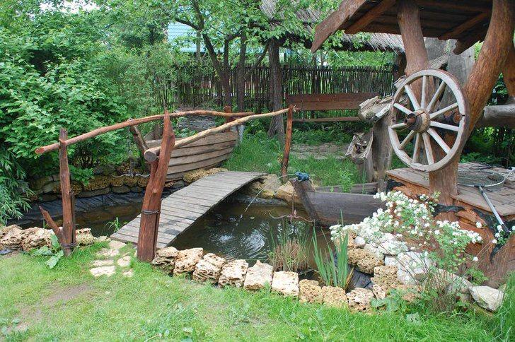 Искусственный водоем в стилистическом оформлении становится изюминкой двора в деревенском стиле.